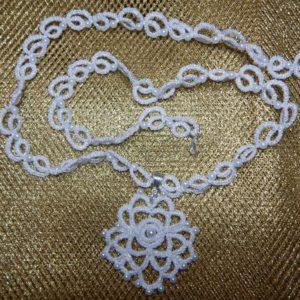 Collana bianca con rosa e perle